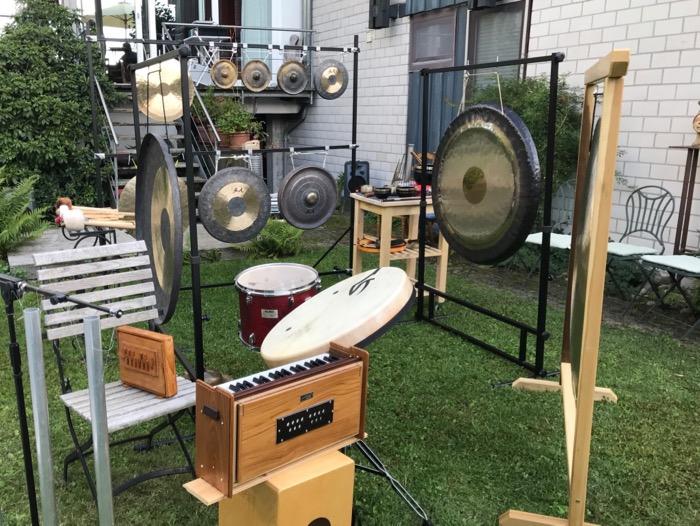 Gongs und Harmonium